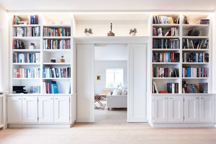 Hvid indbygget reol fyldt med bøger
