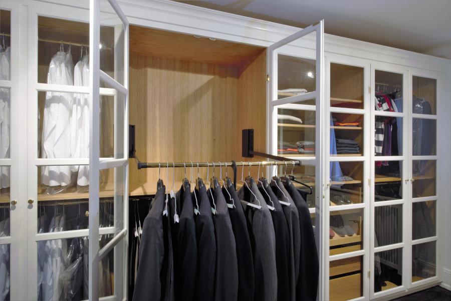 Bøjlestang til jakkesæt i vitrine garderobeskab